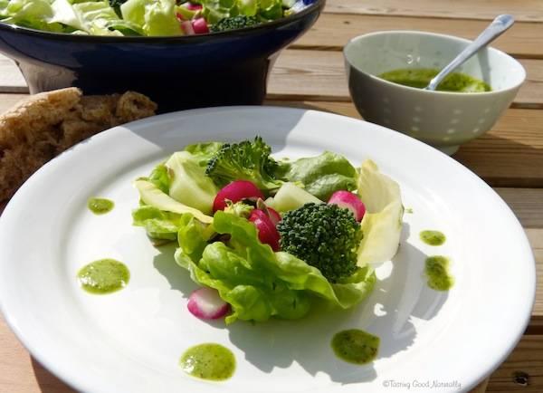 Salade et sa Vinaigrette à la fane de radis – Végétalienne –