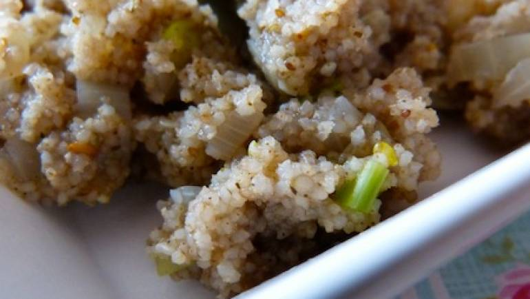 Fonio aux oignons caramélisés sans matière grasse – végétalien