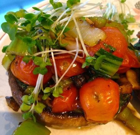 Portobello farci au pak choï et tomates cerises – végétalien