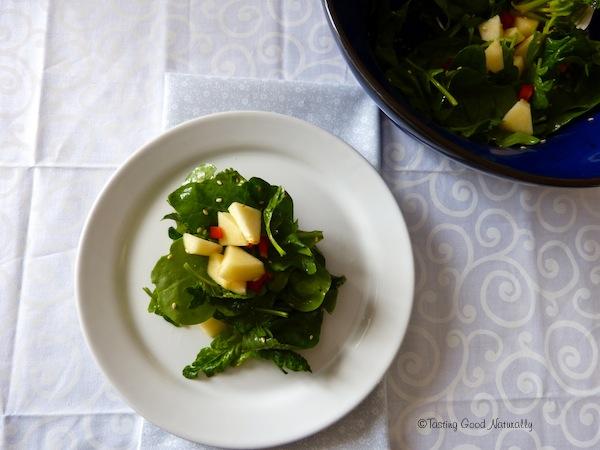 Salade d'épinards aux poivrons et pommes - végétalienne