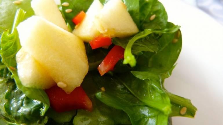 Salade d'épinards aux poivrons et pommes – Vegan