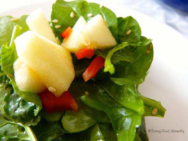 salade d'épinards aux pommes et poivrons et jus d'orange végétalienne