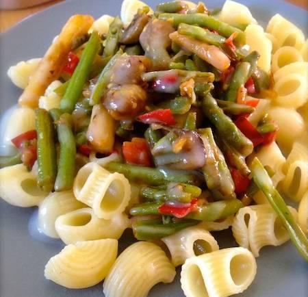 Pâtes aux légumes et sauce au fromage vegan ou comment finir les restes du frigo