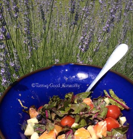Salade de fanes de betteraves, tomates, concombre, myrtilles et sa vinaigrette - vegan