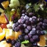Tasting Good Naturally : Salade de fanes de betterave, tomates, concombre, myrtilles