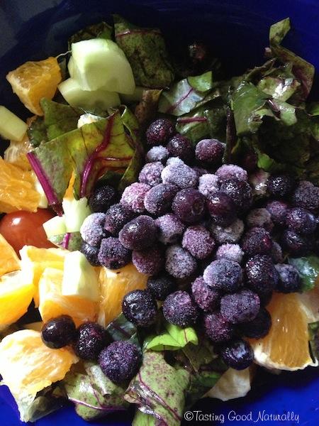 Salade vegan de fanes de betteraves, tomates, concombre, myrtilles et sa vinaigrette