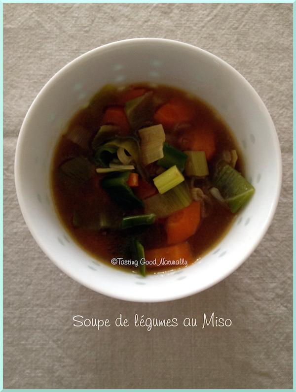 Tasting Good Naturally :Envie d'une soupe toute simple avec beaucoup de goût ? Venez découvrir cette soupe de légumes au miso vegan prête en 10 ou 15 minutes.