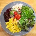 Assiette composée riz, maïs, crudités, betterave #vegan