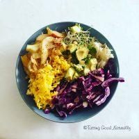 Tasting Good Naturally : Assiette composée de pâtes, chou rouge, avocat, choucroute lacto-fermentée crue, graines germées et fenouil #vegan
