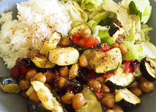 Légumes d'été et pois chiche rôtis, riz et crudités #vegan