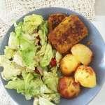 Tasting Good Naturally : Venez découvrir mon idée de repas vegan composé de pommes de terre rôtie, burger végétal au lupin et curcuma et crudités. C'est simple, équilibré et délicieux !