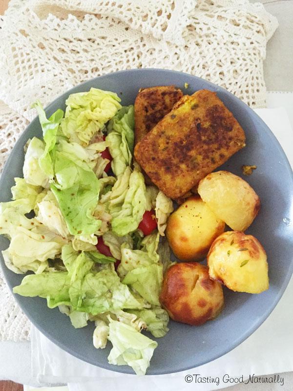 Tasting Good Naturally : Venez découvrir mon idée de repas vegan composé de pommes de terre rôtie, burger au lupin et curcuma et crudités. C'est simple, équilibré et délicieux !