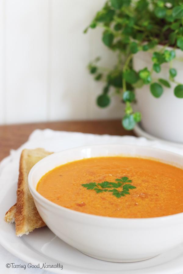 Tasting Good Naturally : C'est la fin de la saison des tomates du jardin, alors j'en ai profité pour cuisiner une délicieuse soupe crémeuse à la tomate - vegan. Vous venez ?