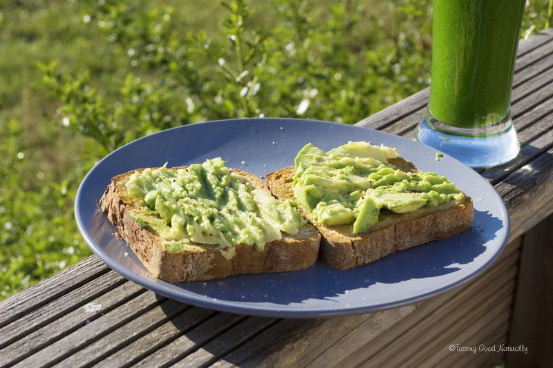 Tasting Good Naturally : Hello ! On se retrouve, aujourd'hui, pour déguster un délicieux petit déjeuner ou snack : des toasts d'avocat et jus vitaminé. C'est par ici !