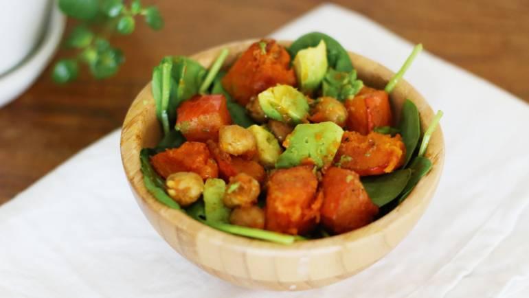 Tasting Good Naturally : Voici une salade de fin d'hiver au potimarron et pois chiches rôtis parfaite pour terminer les derniers légumes de l'hiver et pour se préparer à l'arrivée du printemps.