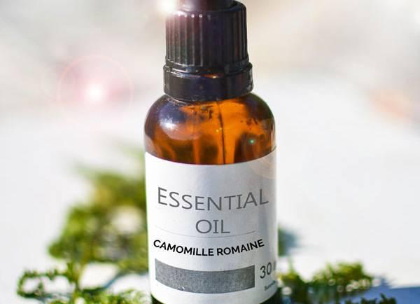 Tasting Good Naturally : Aujourd'hui, j'avais envie de vous parler de l'huile essentielle de Camomille Romaine ou Noble (Anthemis nobilis ou Chamaemelum nobile). C'est une de mes huiles essentielles chouchou.